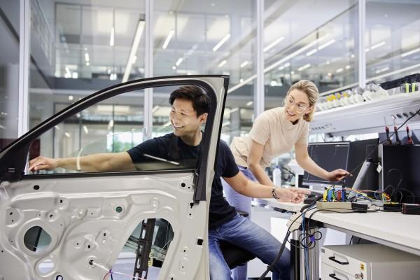 IAA 2021_Brose_Mann-Frau-Tür-Arbeitsplatz