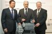 <p>Die Zukunft der Elektromobilität war ein Schwerpunkt der Gespräche von Bundesverkehrsminister Dr. Peter Ramsauer (Mitte), dem Vorsitzenden der Brose Gruppe, Jürgen Otto (links), und Bundestagsabgeordneten Hans Michelbach (rechts).</p>