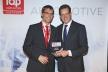 <p>David Plink (r.), Geschäftsführer des Top Employers Institute, gratuliert Tilmann Meyer (l.), Leiter Personalbeschaffung und Entsendungen, zum guten Abschneiden von Brose.</p>